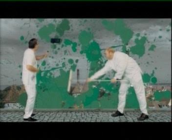 Juhan Parts ja Mart Laar harjadega tallinna koristamas. Kus on siin nende lubadus valijatele? Löövad platsi Keskerakonnast ja rohelisest puhtaks ja siis mõtlevad endale uue vaenlase välja? Kaader IRL-i valimiste reklaamist.